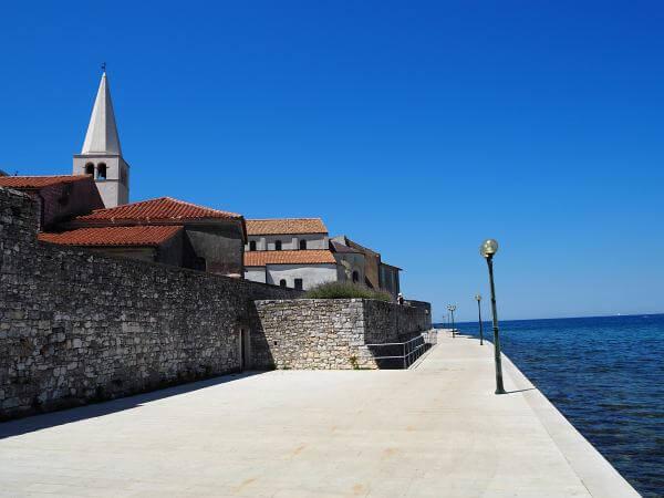 Strandpromenade in Porec, Kroatien