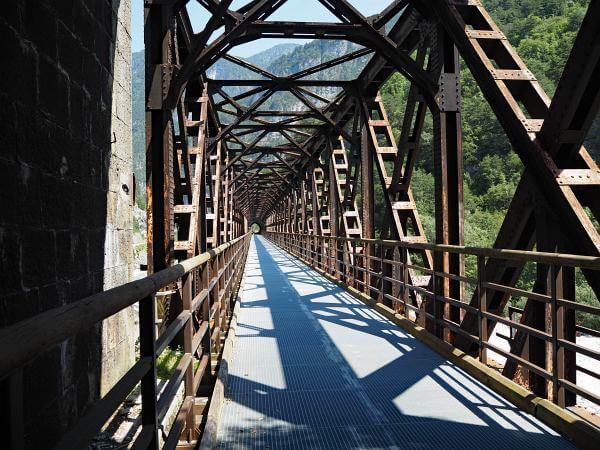 Pontebbana Bahntrassenradweg, Eisenbahnbrücke
