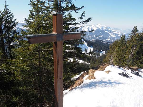 Piesenkopf, Schneeschuhwandern in den Allgäuer Alpen, Gipfelkreuz am Piesenkopf.