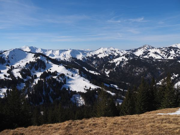 Schneeschuhwanderung zum Rangiswanger Horn bei Gunzesried, Links im Bild der Große Ochsenkopf und das Riedberger Horn dahinter