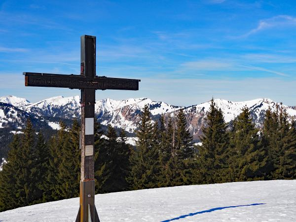 Schneeschuhwanderung zum Rangiswanger Horn bei Gunzesried, Gipfelkreuz am Rangiswanger Horn