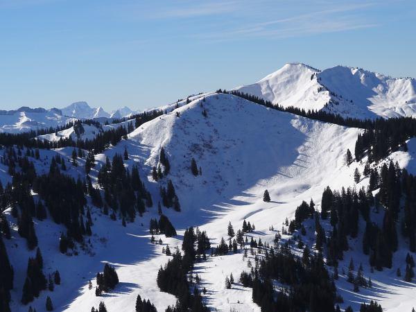Schneeschuhwanderung zum Rangiswanger Horn bei Gunzesried, Großer Ochsenkopf vorne und das Riedberger Horn