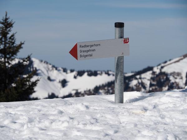 Schneeschuhwanderung zum Rangiswanger Horn bei Gunzesried, Wegweiser zum Riedberger Horn